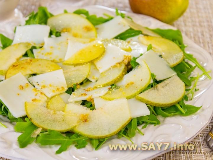 Салат с грушей, козьим сыром и рукколой