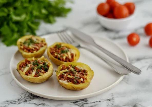 Славные блюда из картошки: фаршированные мясом шкурки, сытный салат, румяные слойки
