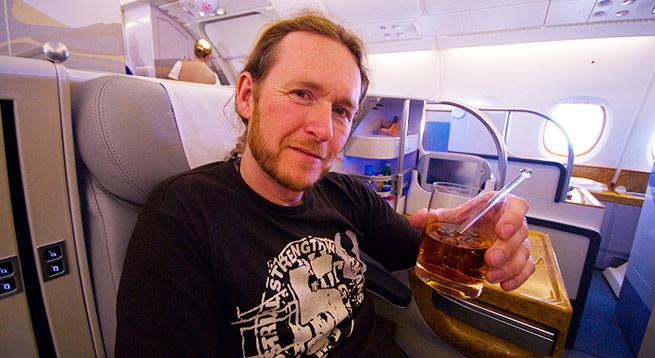 Нормально летим: в России легализуют продажу алкоголя авиапассажирам