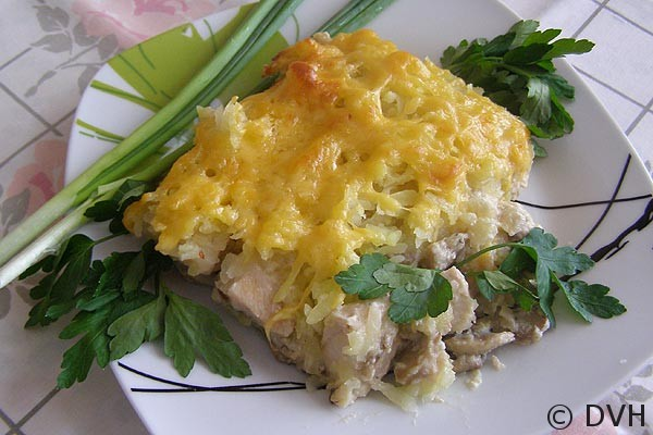 Нежная курица с грибами, запечённая под картофельной шубой