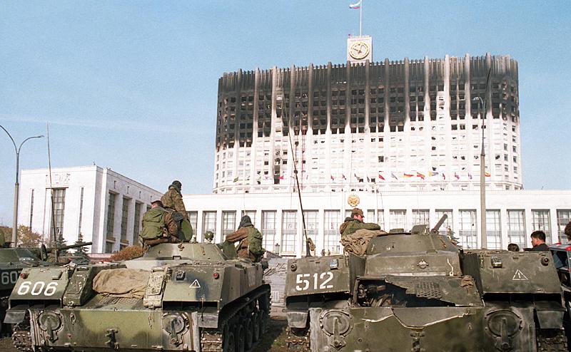 1993: regierungstreue truppen beenden am 4 oktober in moskau einen von reformgegnern geführten putsch gegen den russischen pr0e4sidenten jelzin