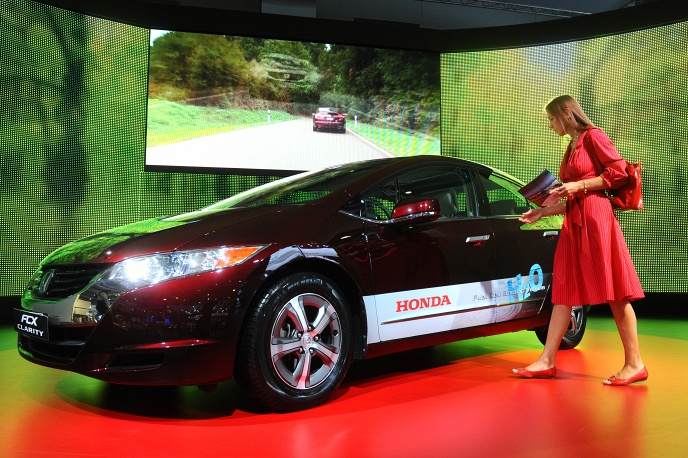 Honda FCX Clarity с двигателем на водородных топливных элементах. С 2008 года в ограниченных количествах продается в Японии и США