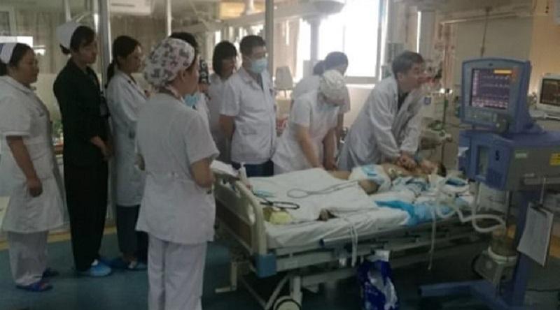 30 врачей в Китае по очереди 5 часов делали умирающему ребенку массаж сердца