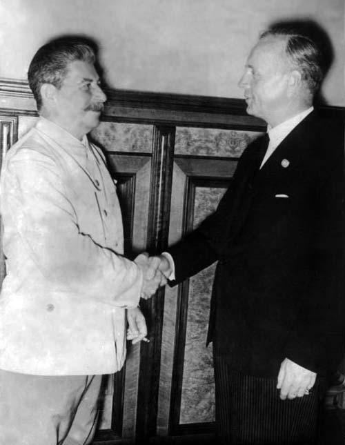 Сталин и Риббентроп на подписании пакта о ненападении, 23 августа 1939 год. Фото: wikipedia.org