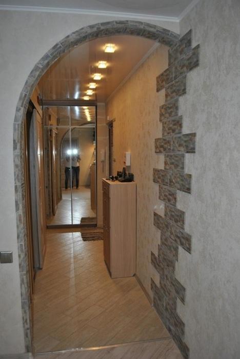В узкой комнате лучше избегать дверей, оформляя вместо них арки. / Фото: bestmebelik.ru
