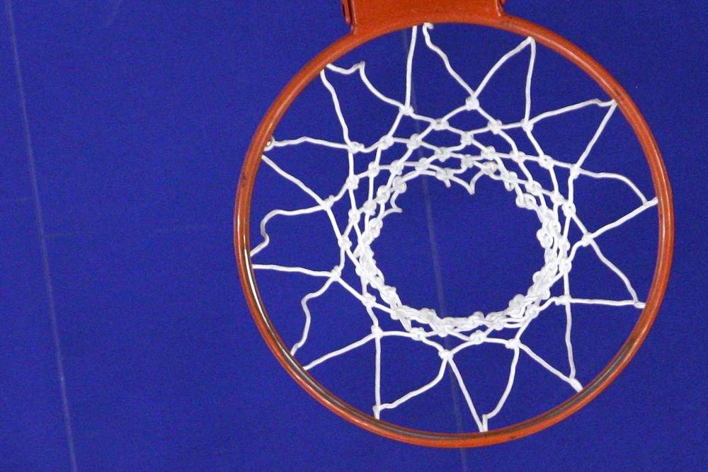 Видео: Интернет повеселила застрявшая в баскетбольном кольце девушка