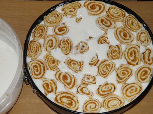 Последний слой из рулетиков с курагой. пошаговое фото приготовления торта Трухлявый пень