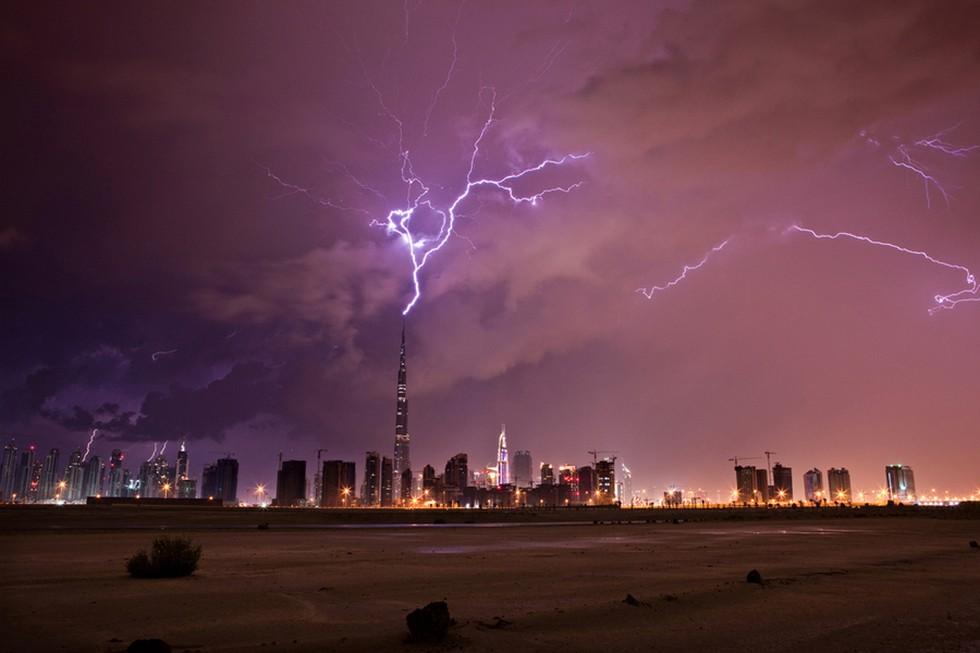 Удар молнии в самое высокое здание в мире - Бурдж Халива в Дубаи