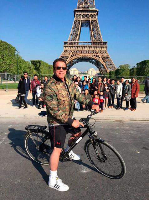 Шварценеггер испортил фотографию туристов у Эйфелевой башни