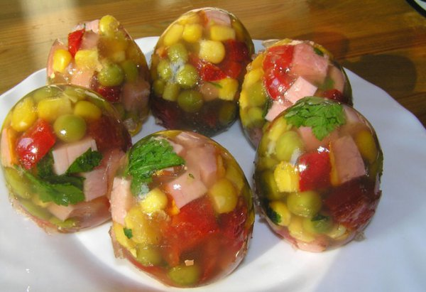 Пасхальные рецепты: ТОП-5 заливных яиц