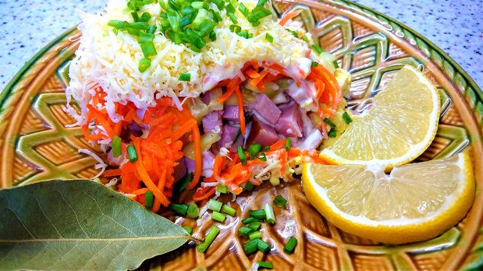 Салат с копчёным мясом и «мо…