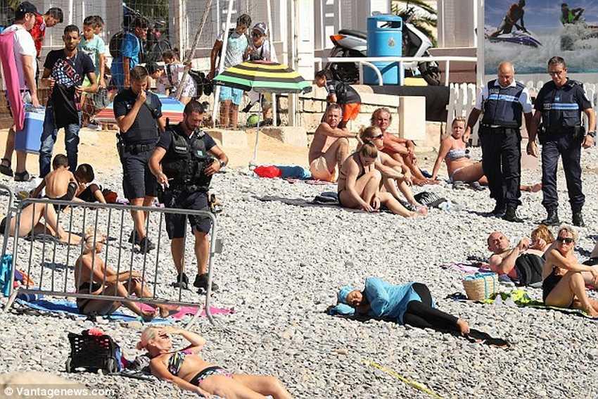Как французская полиция заставляет женщин снимать буркини