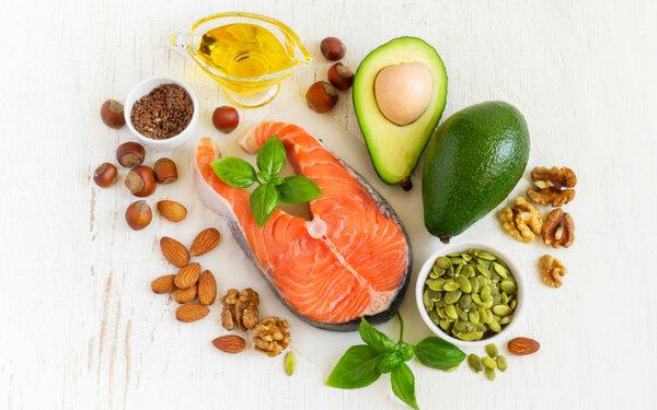 Полезные жиры. Омега-3 полезны для всего организма, питают кожу. Оливковое масло, авокадо, орехи, жирные сорта рыб - источники жирных кислот.