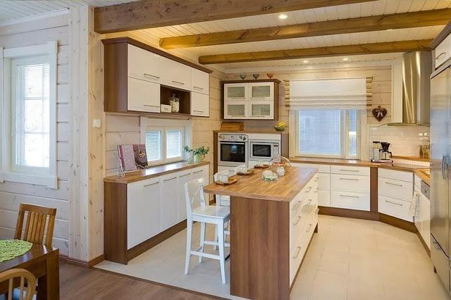 Стильная кухня в доме из бруса