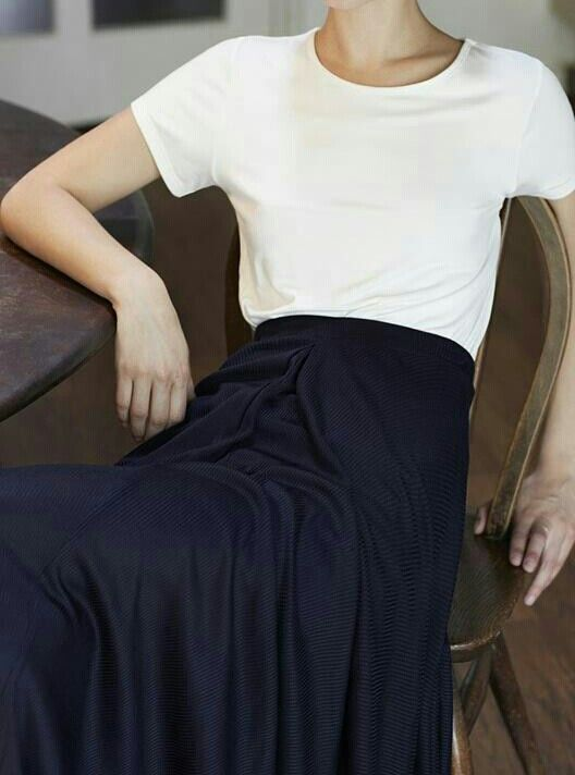 Белая футболка. Черная юбка миди.