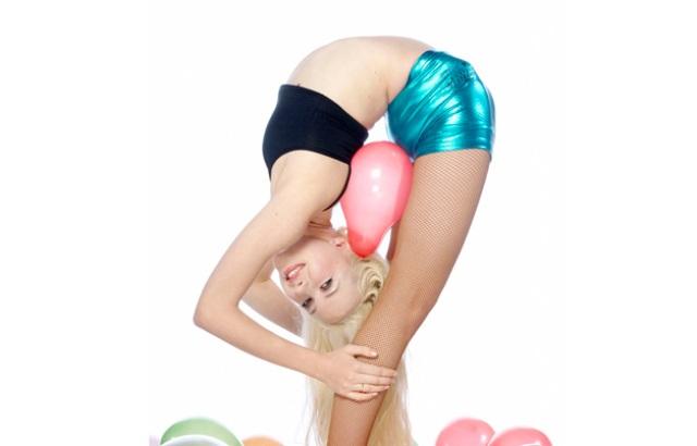 Девушка с шариками видео
