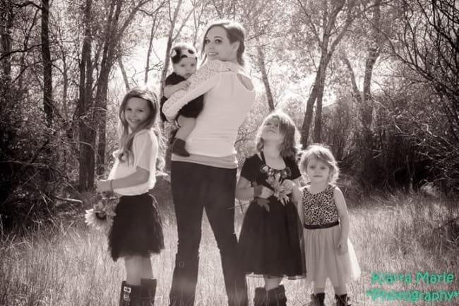 Незнакомец попросил у многодетной матери-одиночки с четырьмя детьми очень большую плату за то, что помог ей завести автомобиль