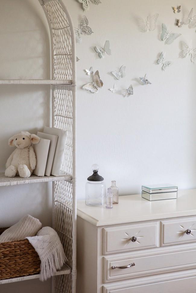 Нежные белые бумажные бабочки, сделанные своими руками