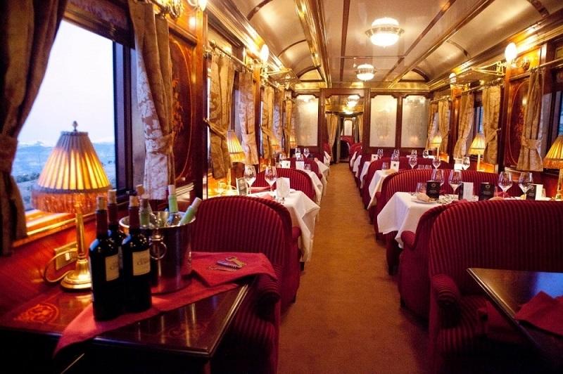 Путешествие поездом у большинства ассоциируется с грязными плацкартными вагонами с запахом колбасы и селедки и надоедливыми пассажирами.