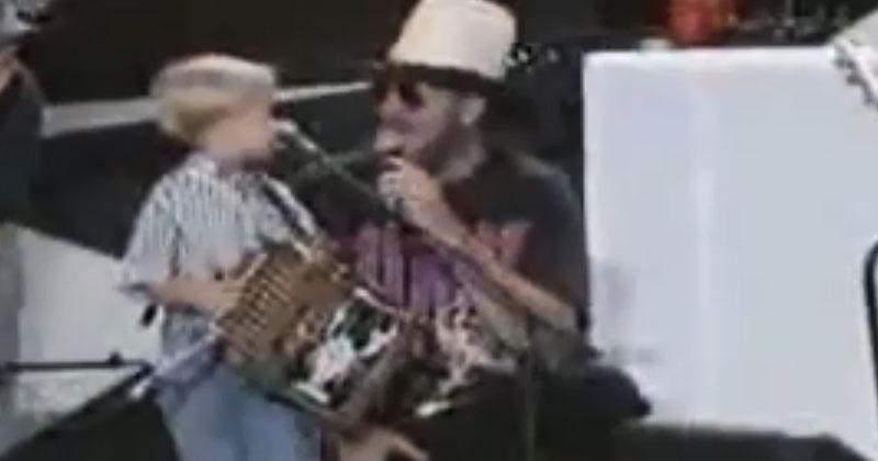 Посреди концерта на сцену вышел 4-летний малыш и заиграл на аккордеоне. Это выступление произвело фурор!