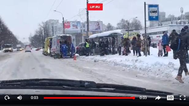 В Петербурге у метро Академическая иномарка протаранила толпу людей на остановке