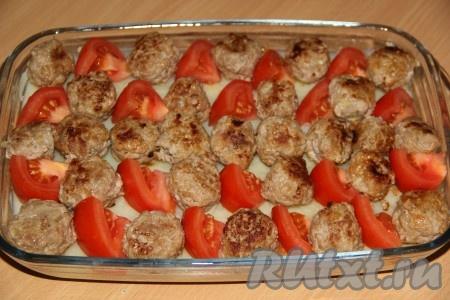 Выложить фрикадельки на картофельное пюре. Помидоры нарезать по желанию, можно - кружочками, а можно - небольшими кусочками. Выложить помидоры на картофель.