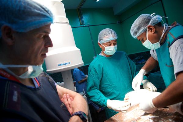 Мальчик находился при смерти после аварии. Только после операции отец мальчика понял, кем был хирург