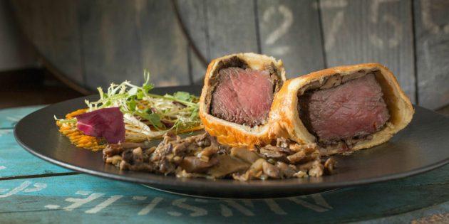 Как приготовить мясо в духовке: Говядина с грибами в слоёном тесте