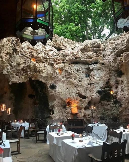 Ресторан внутри кораллового рифа в Кении