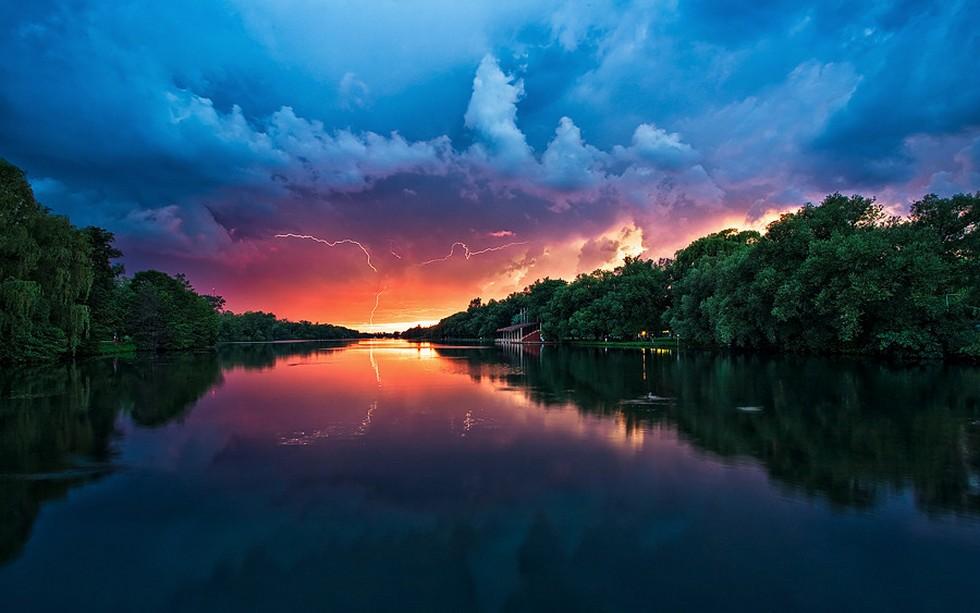 Молния на закате на фоне красивого пейзажа