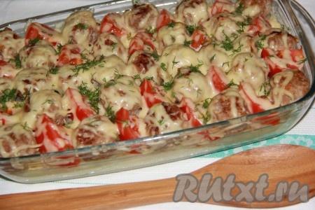 Картошку с фрикадельками вынуть из духовки, посыпать рубленной зеленью и подать в горячем виде.