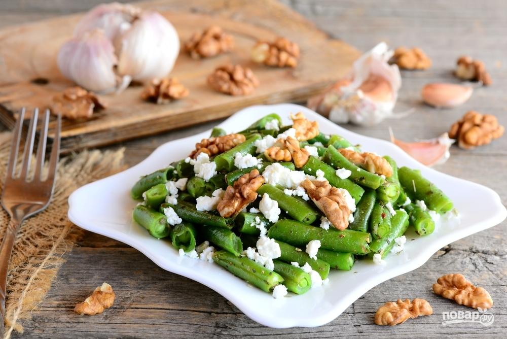 Салат из стручковой фасоли, творога, чеснока, грецких орехов