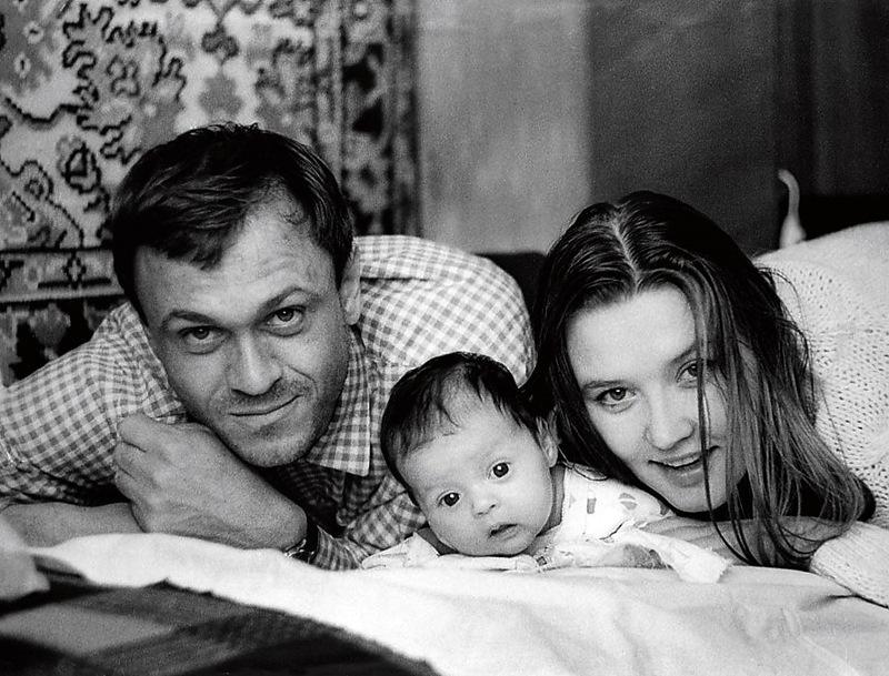 1026 Владимир Меньшов и Вера Алентова с дочерью Юлей.jpg