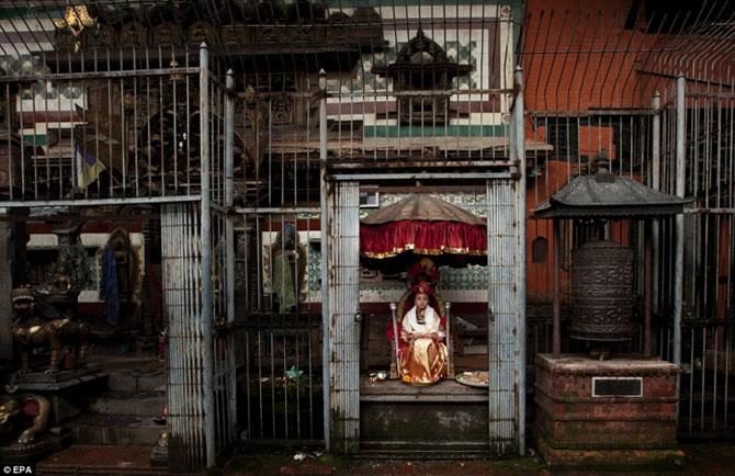 Кумари — жизнь девочки-богини, чьи ноги не касаются земли