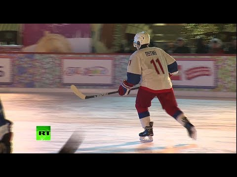 Путин сыграл в хоккей на ГУМ-катке