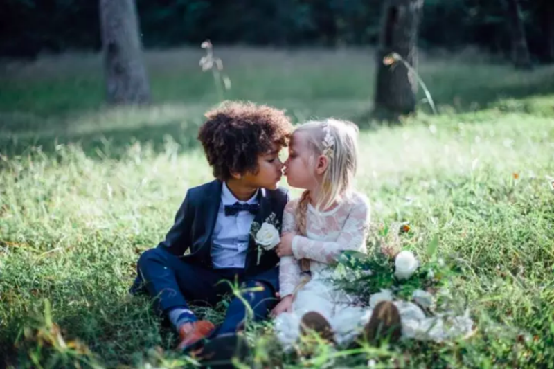 Мамы-фотографы сняли красивую фотосессию, а их обвинили в сексуализации детей