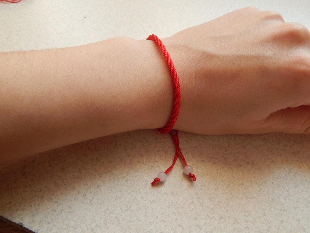 Как сделать себе красную нитку на руке 483