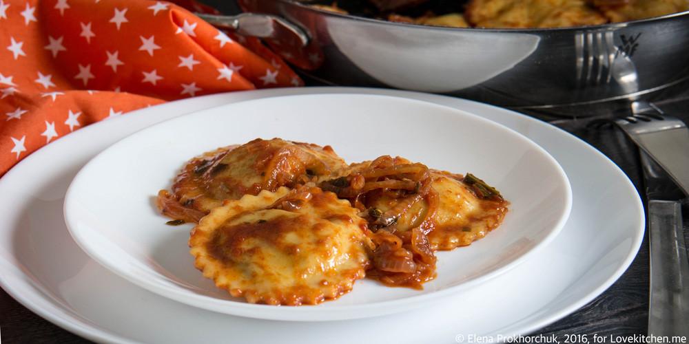 Домашние равиоли со шпинатом, щавелем и рикоттой в томатном соусе