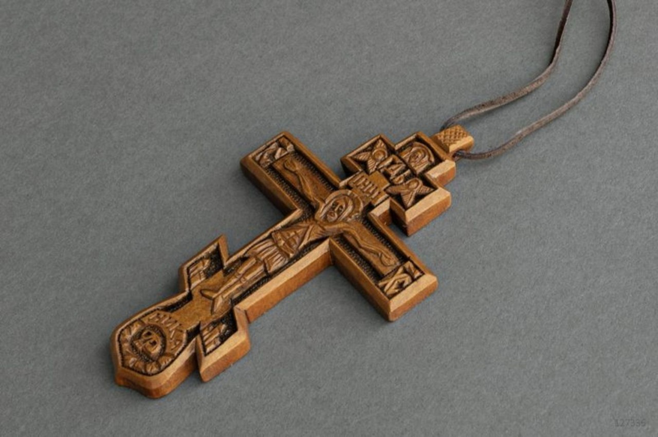Можно ли дарить крестик: приметы