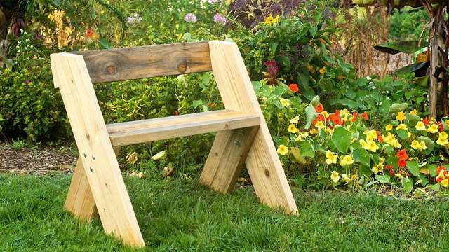 Простая садовая скамейка со спинкой