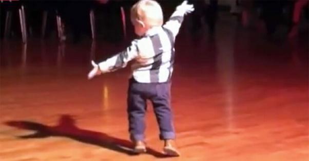 Малыш слышит на вечеринке свою любимую песню Элвиса Пресли, поворачивается и сводит зрителей с ума
