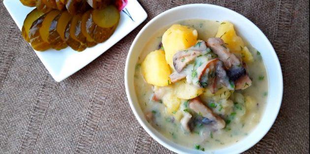 Тушёная картошка с грибами в сметанном соусе