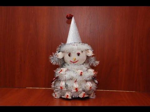 Снеговик из конфет. Подарок к Новому году.