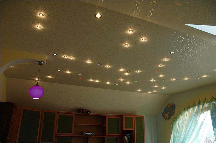 Люстра и точечные светильники прекрасно дополняют друг друга