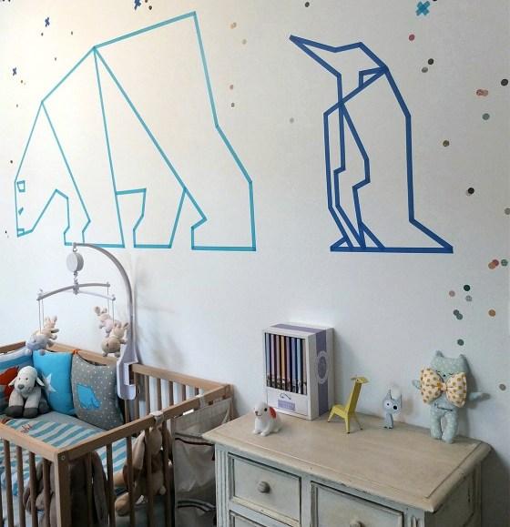 Геометричные фигуры из цветного скотча: развивающие воображение полярные животные на стене детской комнаты