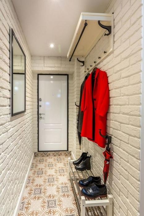 Белый цвет - идеальный вариант для узкой прихожей. / Фото: pinterest.ru