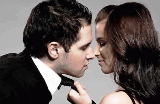 10 непреодолимо милых вещей, которые делают женщины, а мужчин от этого бросает в жар ...