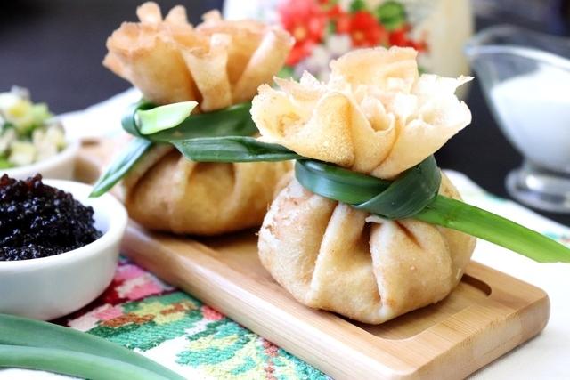 Фото к рецепту: Блинные мешочки с курицей, грибами и картофелем #масленица2021