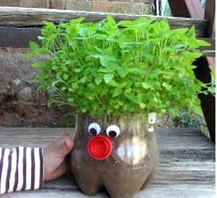 Забавные человечки с растущей травкой и зеленью.