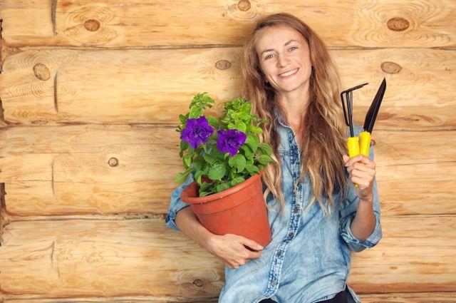 Инструменты для слабых рук. Какой выбрать садовый инвентарь для женщин